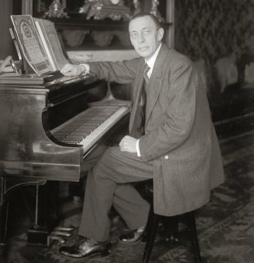 Rachmaninoff_seated_at_Steinway_grand_piano